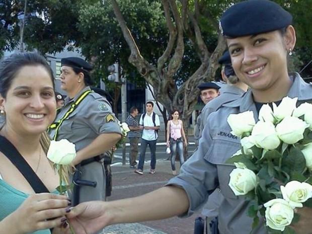 Jovem recebe rosas brancas de policial, em Goiânia, Goiás (Foto: Marinna Barros/ Arquivo Pessoal)