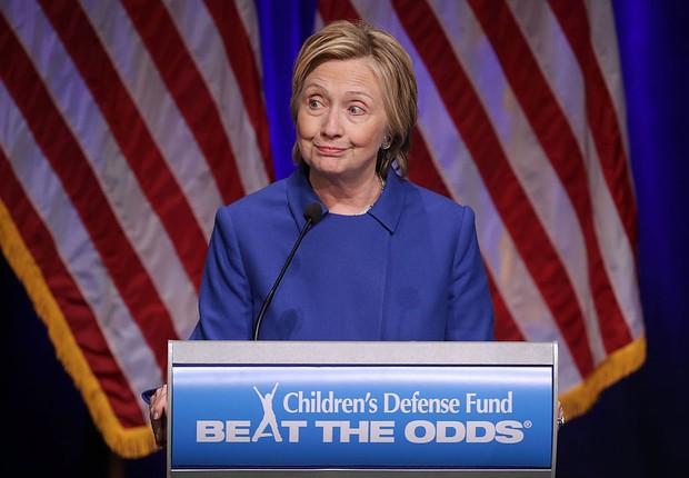 A candidata derrotada à presidência Hillary Clinton recebe prêmio do Fundo de Defesa para Crianças nos EUA (Foto: Chip Somodevilla/Getty Images)