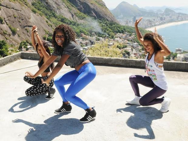 """Pearls Negras fazem coreografia no Vidigal; morro foi cenário do clipe de """"Pensando em Você"""" (Foto: Alexandre Durão/ G1)"""