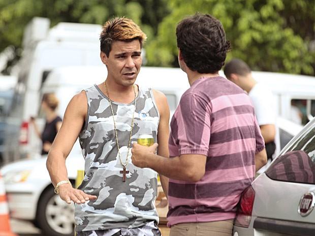 Solidário, Miro vai atrás do menino e quase o encontra (Foto: Salve Jorge/TV Globo)