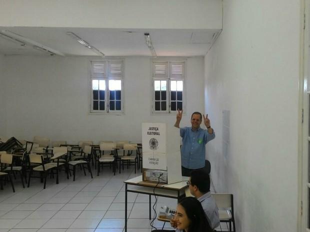 Marcelo Bluma vota em Campo Grande (Foto: Flávia Galdiole/ TV Morena)