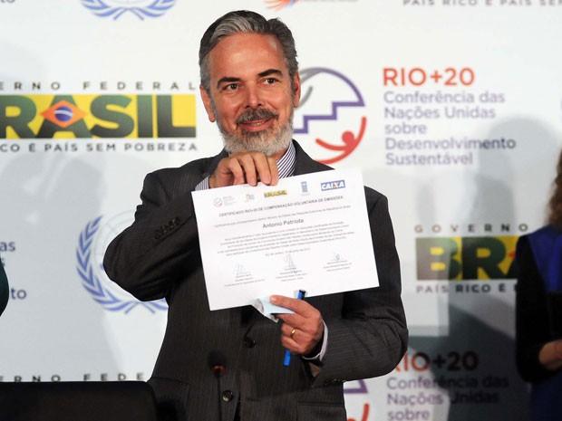 Ministro Antônio Patriota recebe certificado por ter compensado emissões de gases (Foto: Alexandre Durão/G1)