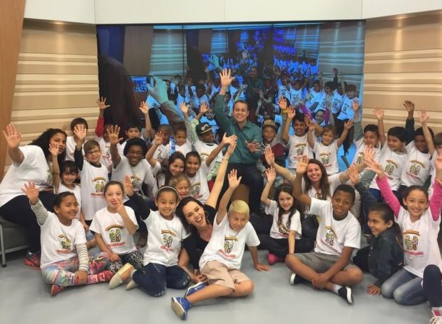 Crianças visitaram estúdio da RBS TV  (Foto: RBS TV/Divulgação)