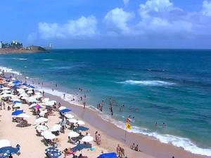 Banhistas aproveitam terça-feira (17) de sol forte na praia da Barra em Salvador (Foto: Reprodução/TV Bahia)