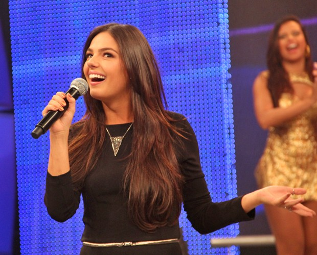 Isis Valverde fala sobre a Suelen no palco do Domingão (Foto: Domingão do Faustão / TV Globo)