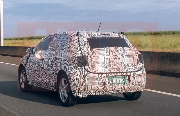 Novo Volkswagen Polo é fotografado rodando camuflado no Brasil (Foto: Eduardo Rimoli/ Autoesporte)