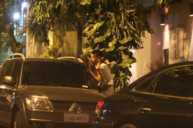 João Vicente de Castro beija morena na Zona Sul do Rio (Foto: Delson Silva/AgNews)