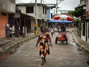A coordenadora da Rede Borboletas Mery Medina ajuda as mulheres de Buenaventura a dar queixa dos crimes e as guia no acesso à Justiça (Foto: ACNUR / J. Arredondo)