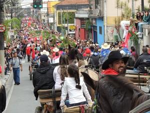 Entrada dos Palmitos tomou ruas de Mogi das Cruzes na manhã deste sábado (18). (Foto: Jenifer Carpani/G1)