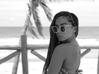 Anitta posta foto na praia e exibe marquinha de biquíni anterior