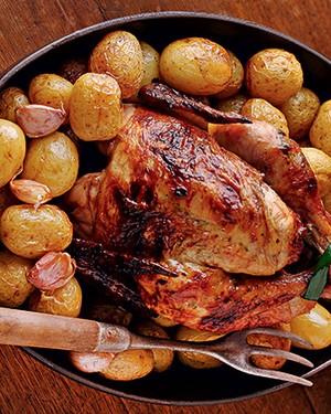 Frango assado e batatas (Foto: Rogério Voltan/Casa e Comida)