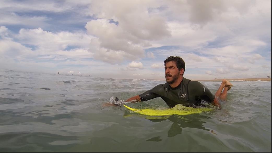 Vitor Gozzer aproveitou para surfar durante matéria  (Foto: Reprodução/TV Gazeta ES)