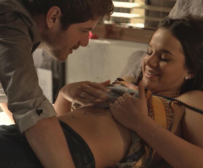 Os dois trocam carinhos, animados com a gravidez (Foto: TV Globo)