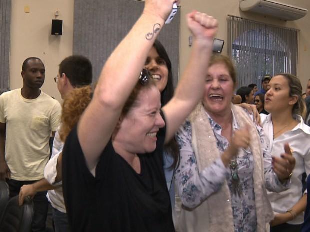 Adriana de Oliveira comemora votação pela redução salarial na Câmara (Foto: Reprodução/RPC)