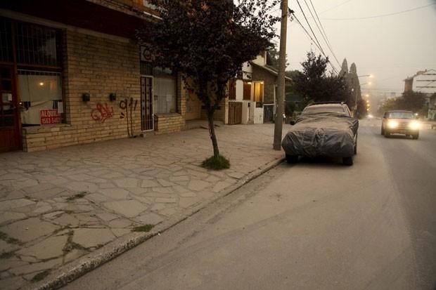 Carro coberto com cinzas do vulcão Calbuco é visto em Bariloche nesta quinta-feira (23) (Foto: Chiwi Giambirtone/Reuters)