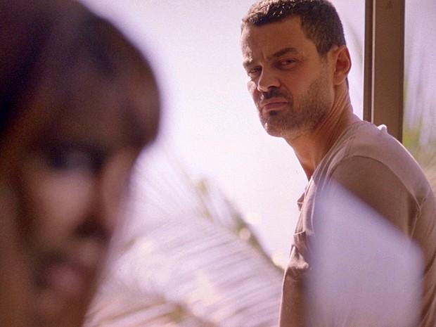 Maurílio convence Danielle se aliar a ele (Foto: TV Globo)