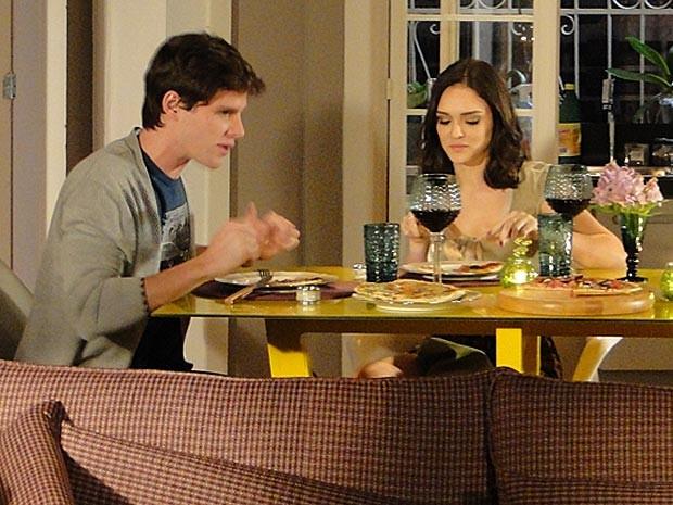 Conrado já faz planos para dividir o teto com Cida (Foto: Cheias de Charme / TV Globo)