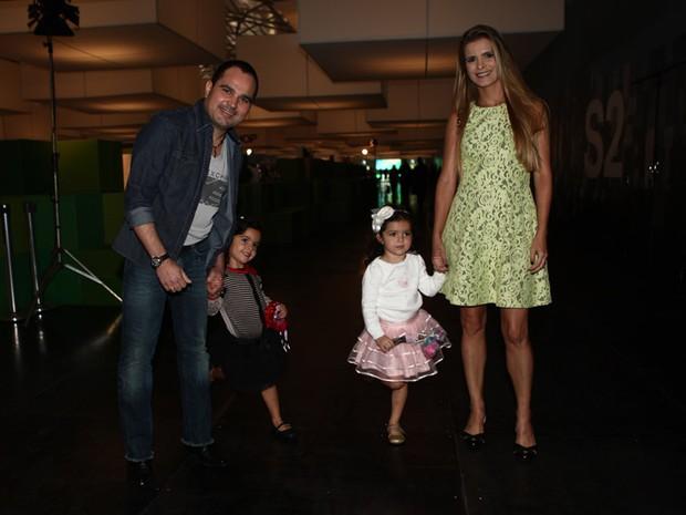 Luciano Camargo e família na SPFW (Foto: Iwi Onodera / EGO)