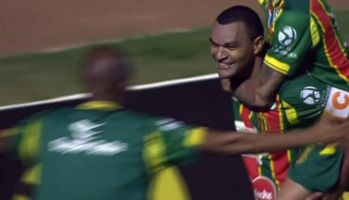 Diones empatou jogo aos 42 do 2º tempo para o Sampaio Corrêa (Foto: Reprodução Premierie FC)