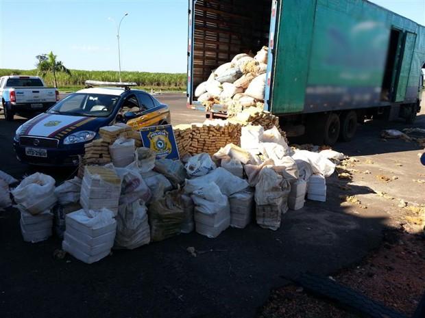 PRF apreende droga escondido em carga de lã  (Foto: Divulgação/PRF)