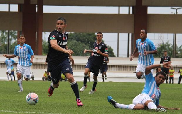 Leandro Cearense disputa a bola com o zagueiro Thiago Costa (Foto: Antonio Cícero / Colaborativo)
