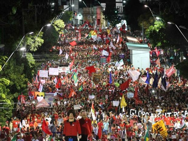 Bonecos de Lula e Dilma acompanhados por multidão na Avenida Conde da Boa Vista, região central do Recife, nesta sexta-feira (18) (Foto: Aldo Carneiro/Pernambuco Press)