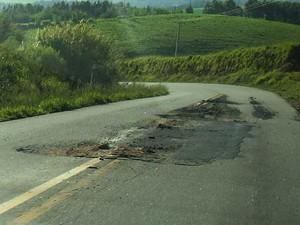 Engenheiro denuncia má conservação de estrada que liga Amparo a Bragança Paulista (Foto: Ronald Paul Haegely/VC no G1)