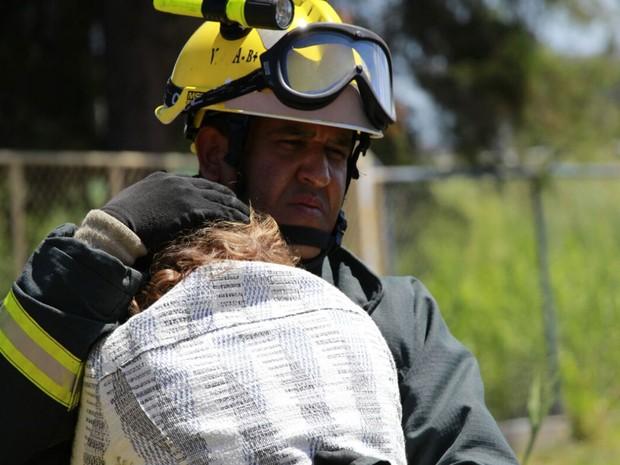 Bombeiro ampara mulher de professor da UnB que morreu após passar mal enquanto dirigia (Foto: Corpo de Bombeiros DF/Divulgação)