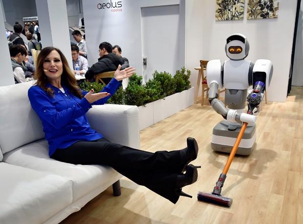 Cindy Ferda, representante da Aeolus Robotics apresenta o Aeolus, robô que pode varrer e aspirar cômodos (Foto: David Becker/Getty Images)