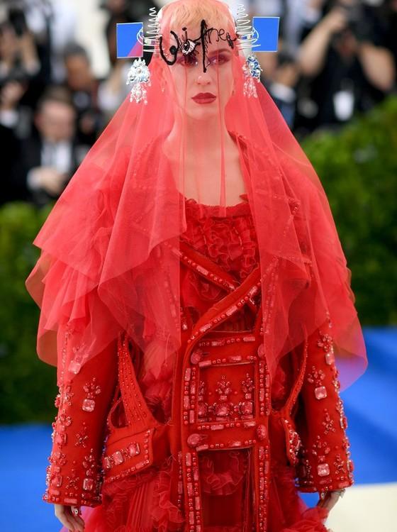Katy Perry também foi vestida para causar e chamou a atenção com seu look da Maison Margiela (Foto: Getty Images)