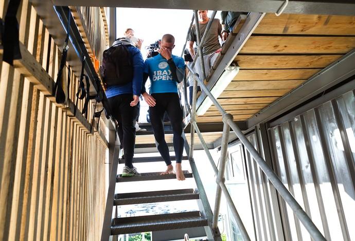 Mick Fanning desce escadas chorando após susto com ataque de tubarão em Jeffreys Bay (Foto: WSL)