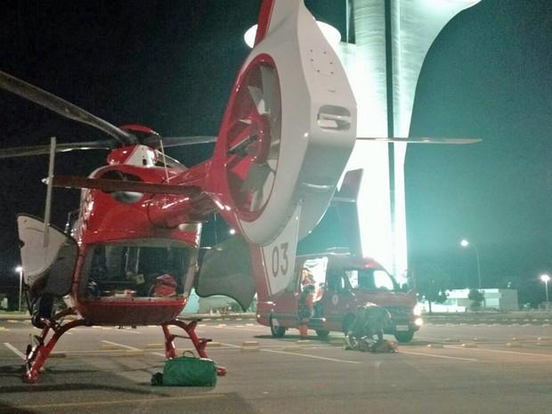 Motociclista foi transportado até a Torre Digital e transferido de helicóptero para o Hospital de Base, em Brasília (Foto: Corpo de Bombeiros/Divulgação)
