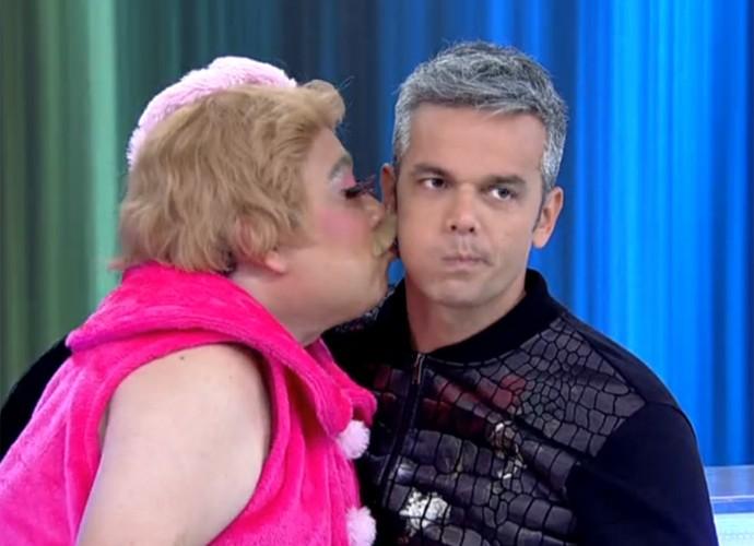 Pitbitoca dá um beijo em Otaviano Costa (Foto: Vídeo Show / TV Globo)