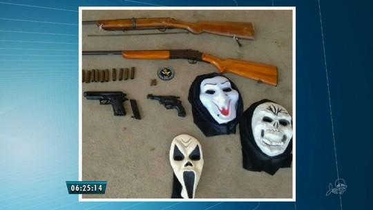 PM prende homem com espingardas,  máscaras e 2 armas falsas, no Ceará