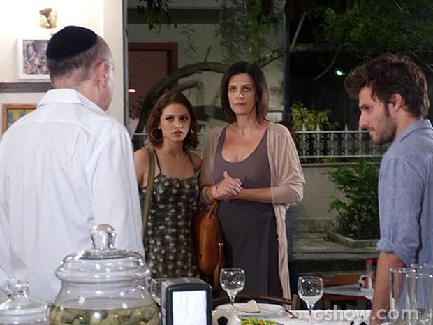 Micaela chega no Embaixada e descobre que o pai andou espionando Martin esse tempo todo (Foto: Malhação/ TV Globo)