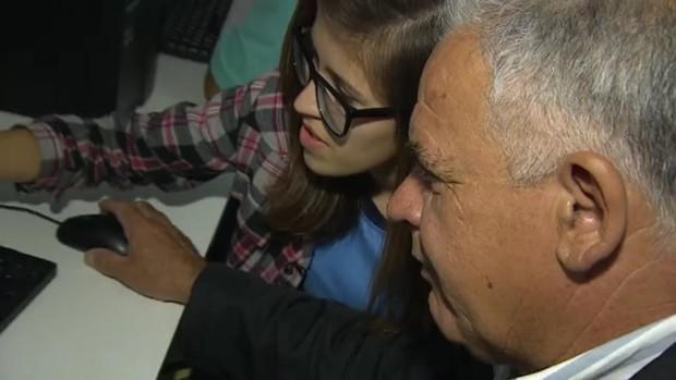 Estudantes ensinam idosos a ler em São José dos Campos (Reprodução TV)