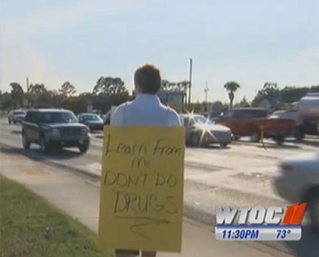 'Aprenda comigo, não use drogas', dizia cartaz usado por jovem. (Foto: Reprodução/WTOC)