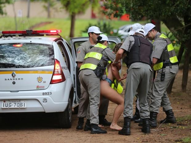 Mulher foi detida pela Brigada Militar após correr nua em Porto Alegre (Foto: Diego Vara/Agência RBS)