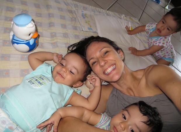 Paolo Lobo com os filhos Rafaela, 10 anos e os trigêmeos Gabriela, Vitor e Guilherme, 1 ano e 7 meses  (Foto: Arquivo Pessoal)