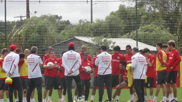 Conversa jogadores Inter (Foto: Tomás Hammes / GLOBOESPORTE.COM)
