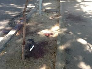 Local onde médico foi esfaqueado ficou sujo de sangue (Foto: Janaína Carvalho/G1)
