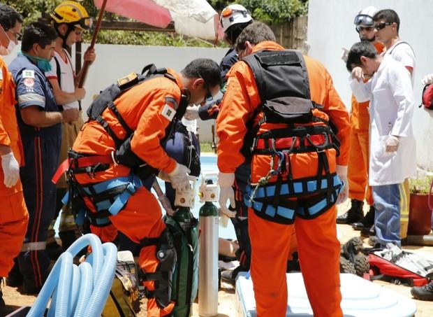 Resgate de criança vítima de afogamento no DF (Foto: Corpo de Bombeiros do DF)