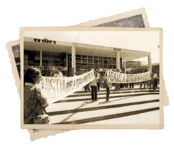 ABAIXO A DITADURA! Manifestação em favor da anistia ampla, geral  e irrestrita em Brasília, nos anos 1970. Milton Hatoum foi preso num protesto contra a ditatura em 1969 (Foto: Thinkstock/Getty Images)