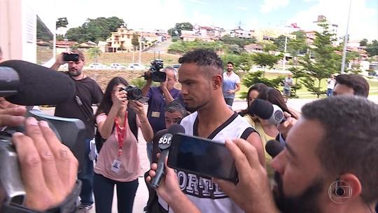Em liberdade, goleiro Bruno se apresenta à Justiça em Santa Luzia