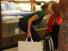 Grazi Massafera vai às compras em shopping e dá beijo em Beth Carvalho