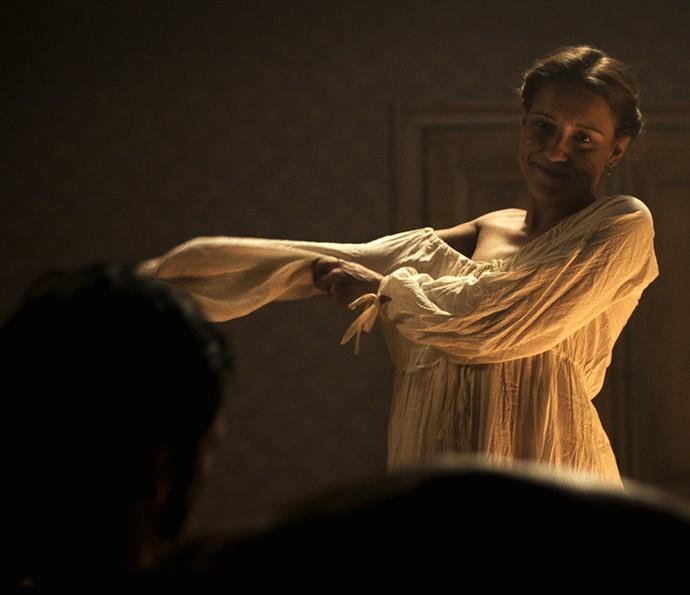 Enquanto conversam, ela tira a roupa e o seduz (Foto: TV Globo)