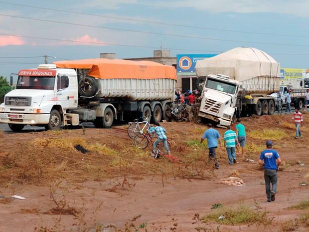 Populares ficaram impressionados com acidente (Foto: Sigi Vilares/Blog do Sigi Vilares)