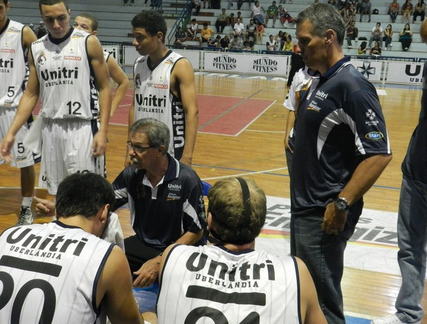 Hélio Rubens treino basquete Uberlândia (Foto: Felipe Santos/GLOBOESPORTE.COM)