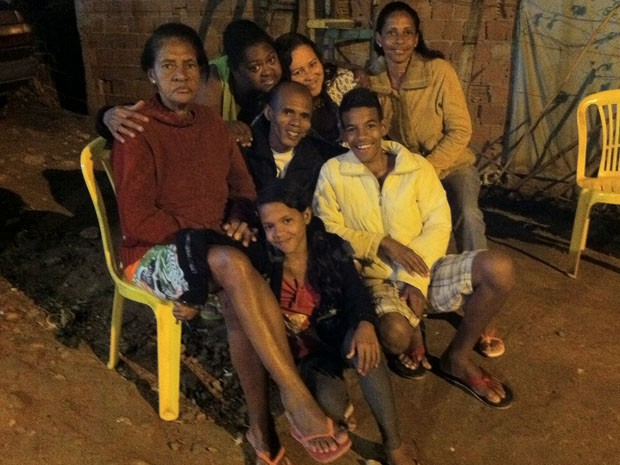 Cláudio comemora a liberdade em um churrasco com a família (Foto: Isabela Marinho / G1)