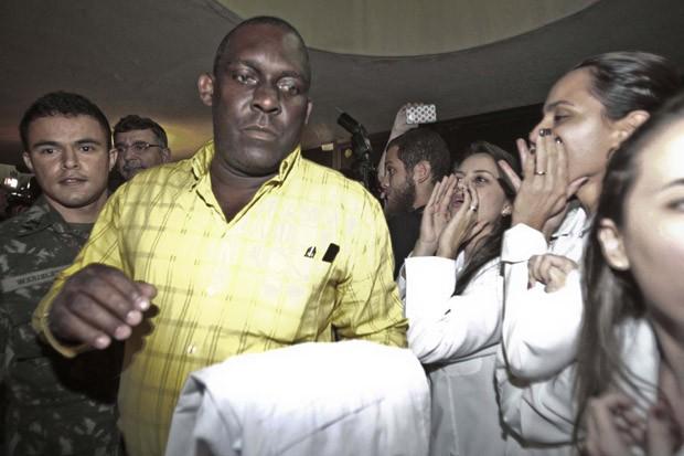 Manifestantes ligados ao Sindicato dos Médicos do Ceará realizam protesto durante a saída do grupo de 79 médicos cubanos de aula inaugural (Foto: Jarbas Oliveira/Folhapress)